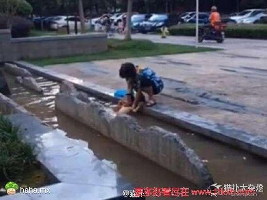 奶奶将1岁宝宝泡脏水里称抵抗力会更好